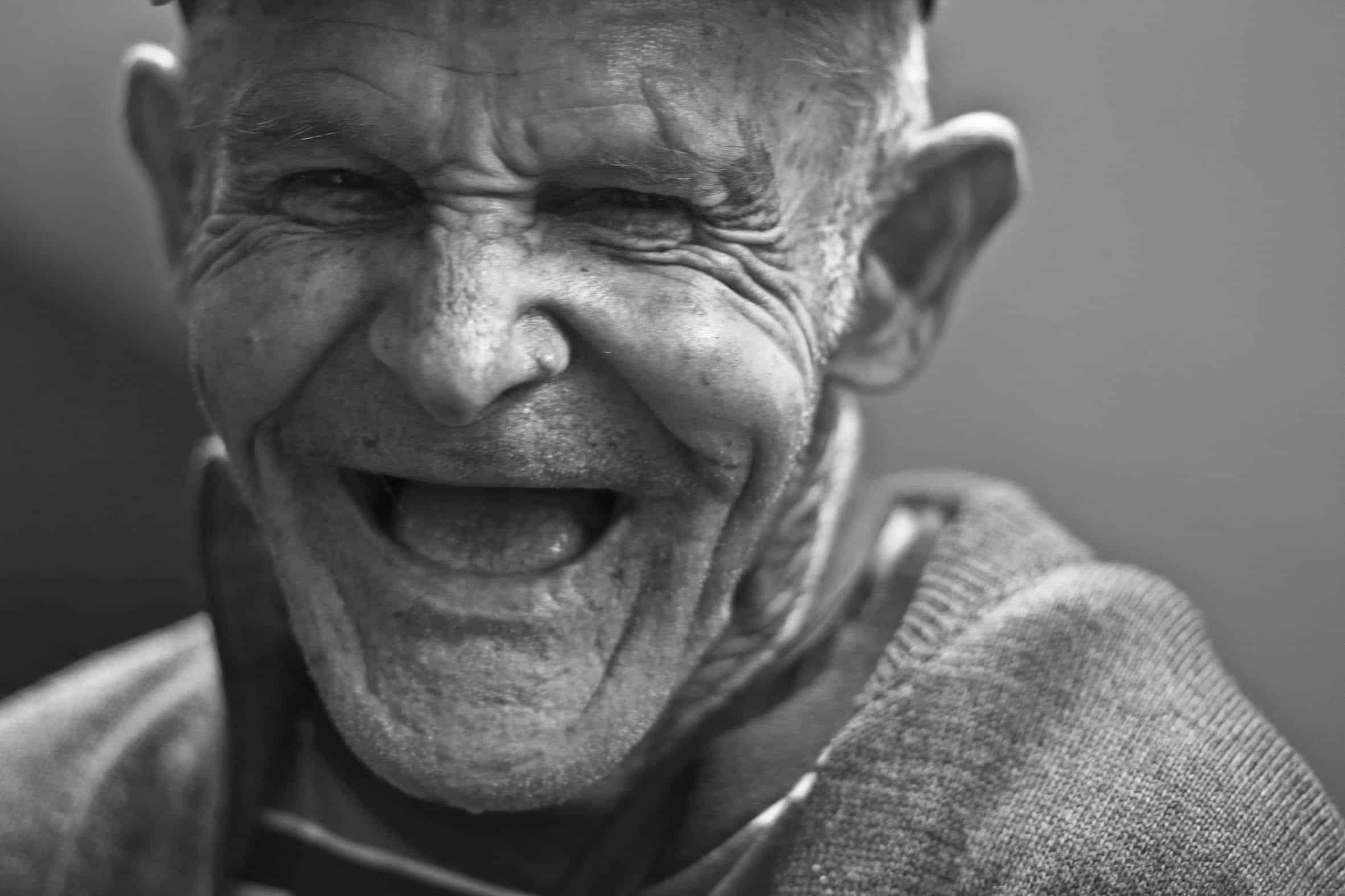 Oude man lachen zonder tanden | Event Inspiration Agency