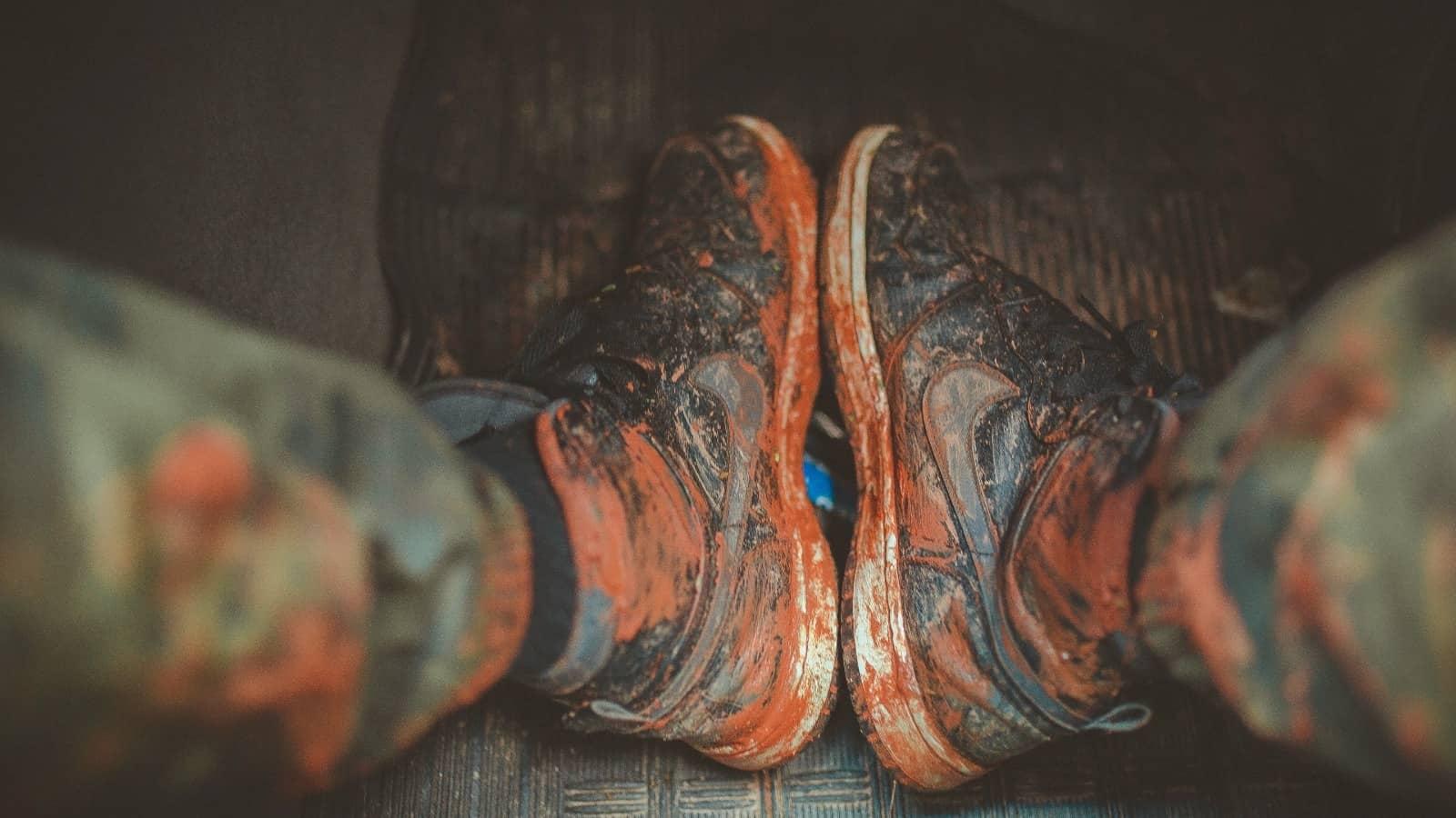 EI Agency - schoenen die vies zijn van het gekleurde poeder