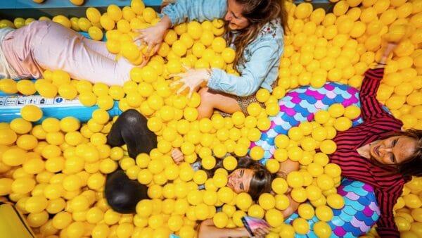 EI Agency - vrouwen in gele ballenbak (foto: Tycho's Eye Photography)