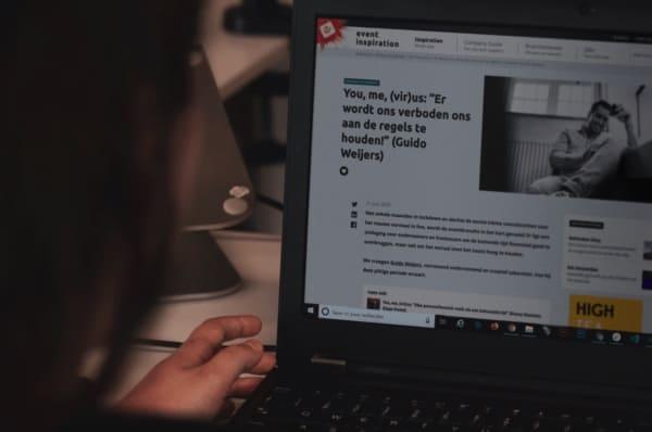 Content-Event-Inspiration-Agency-man achter laptop op site Event Inspiration